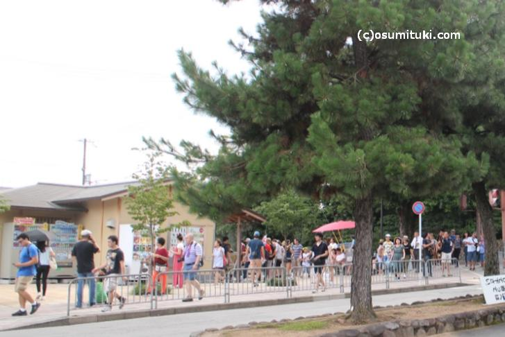 京都の8月16日夕方「金閣寺」前の混雑状況