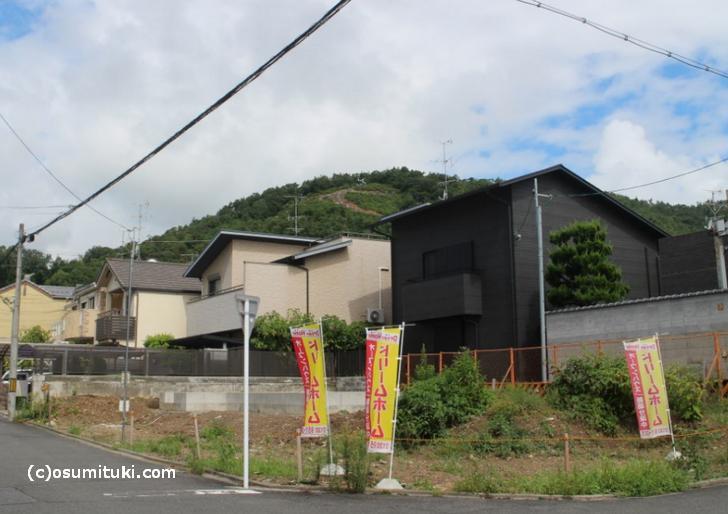 (2)カトリック衣笠教会前あたりの家屋の隙間からもよく見えます