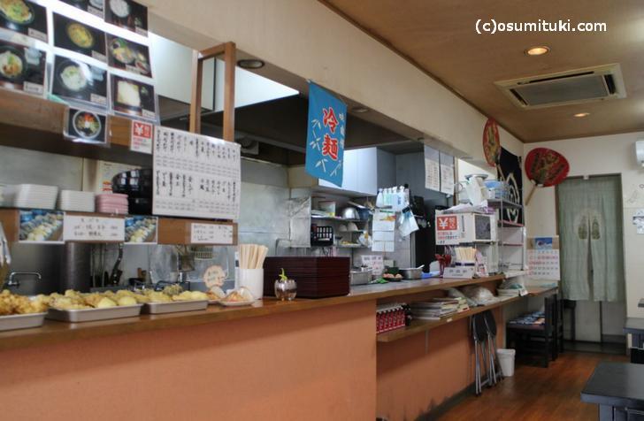 お店は半セルフで天ぷらが並んでいます