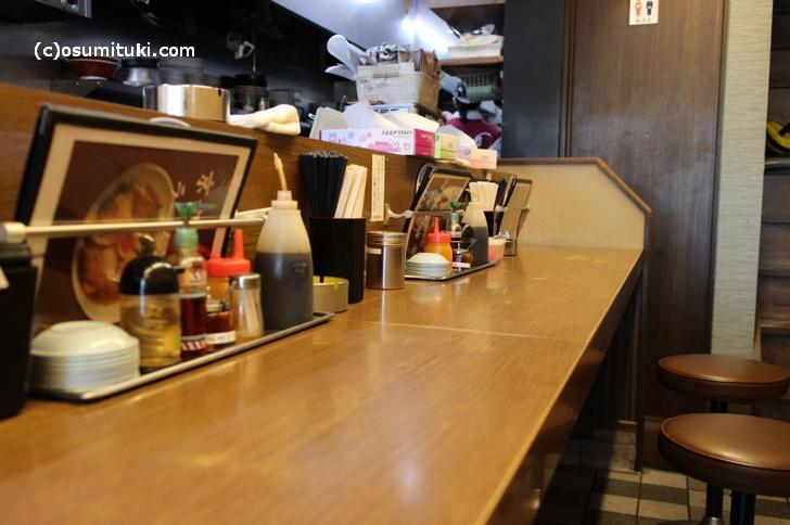 お店はカウンター8席ほど、4人テーブル2つ