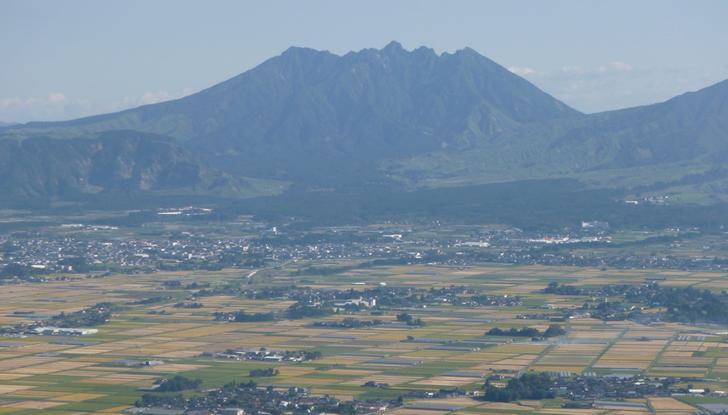 阿蘇五岳のひとつ「根子岳」が生駒さんの後ろに見えます