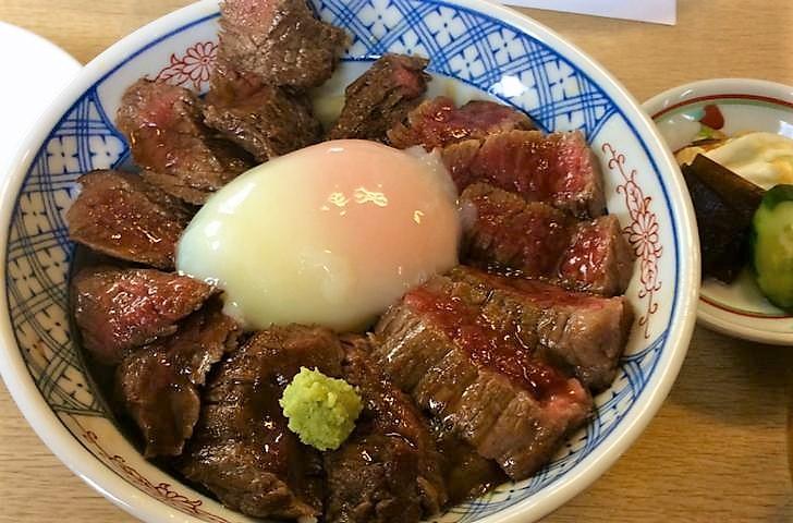 有名なのが「赤牛丼」です