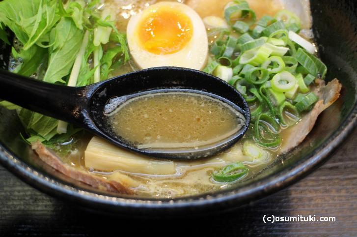 スープは魚介の香りと味が出ていますが、色々なブレンドスープです