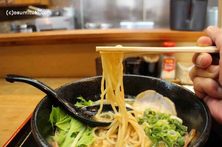 麺は太麺、関東では普通くらいの太さのものです