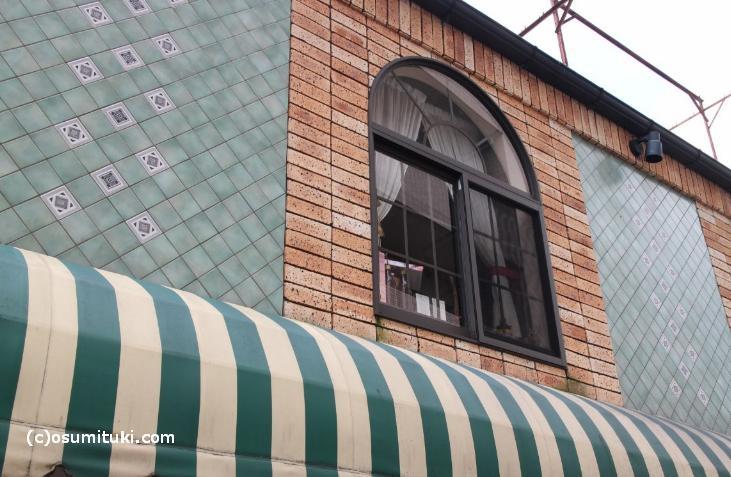 タイルやガラス窓、ちょっとしたデザイン彫刻のようなものが施されています