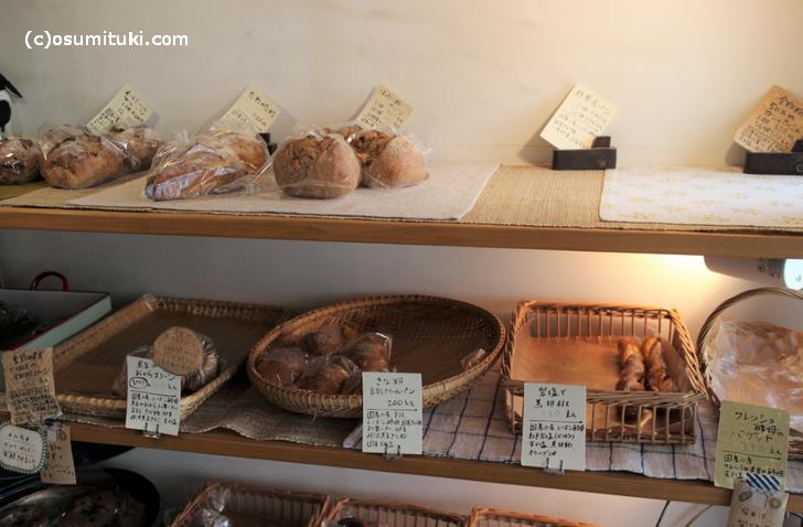 天然酵母のパンがいくつも並んでいます