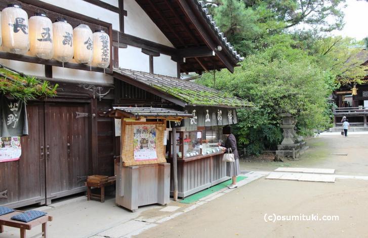 北野天満宮で長五郎餅を買い求める客(9月17日撮影)