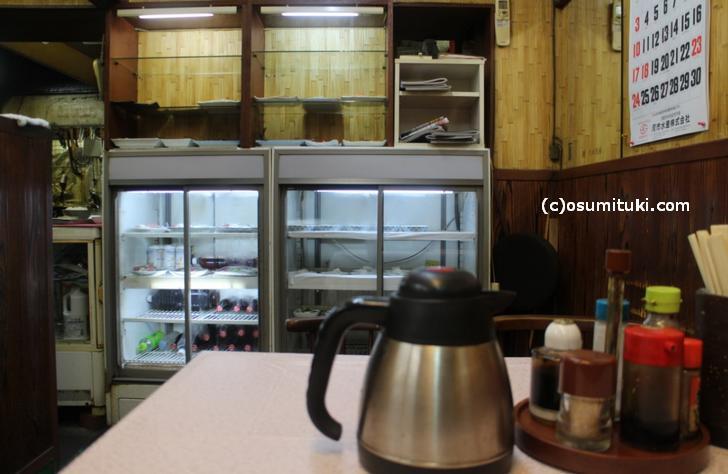 朝の定食は、目の前の棚で焼魚を選んでください