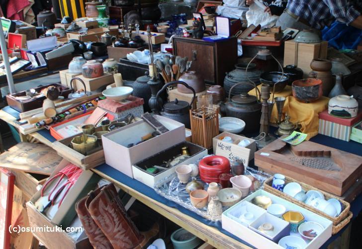 天神市に並ぶ骨董品の品々