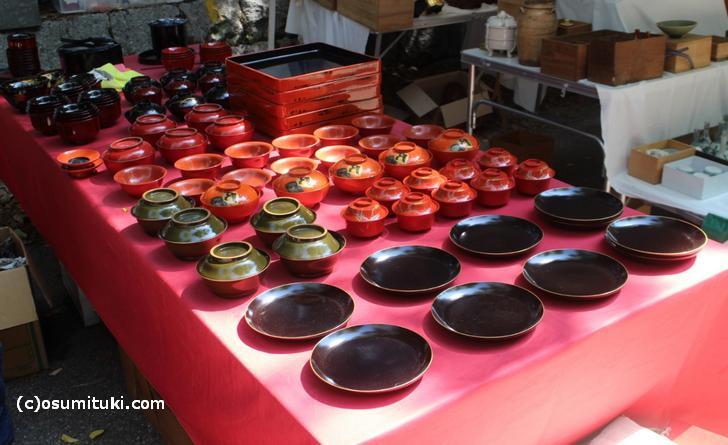 漆器や陶器など外国人ウケしそうなものが並びます