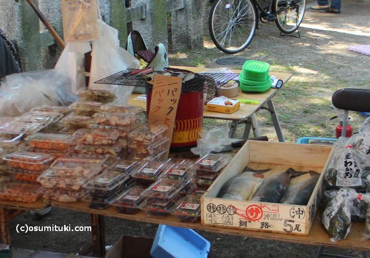 大鳥居のある参道は食べ物が多いです