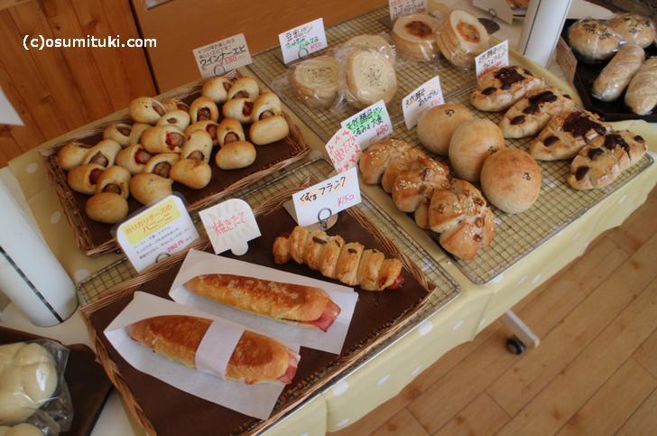 カリカリチーズのパニーニ(280円、左下)