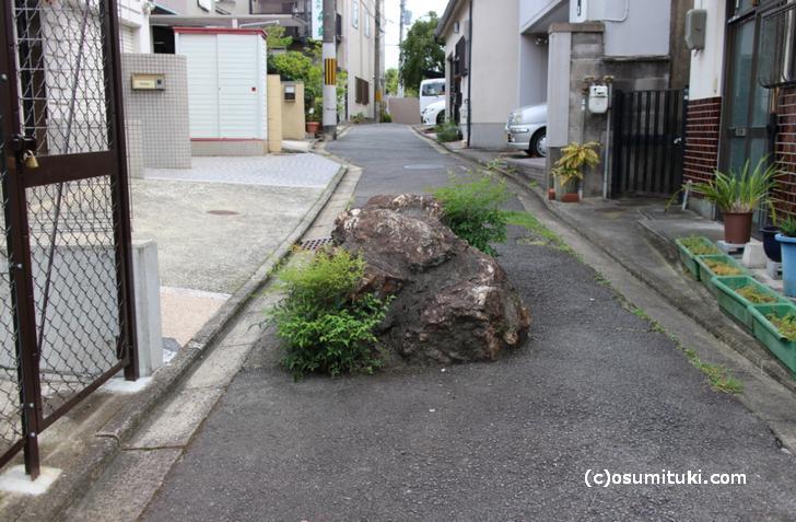 京都市右京区谷口園町にある「巨大いけず石」