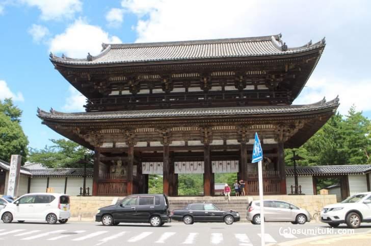 京都の仁和寺前を通っているのが「一条通」です