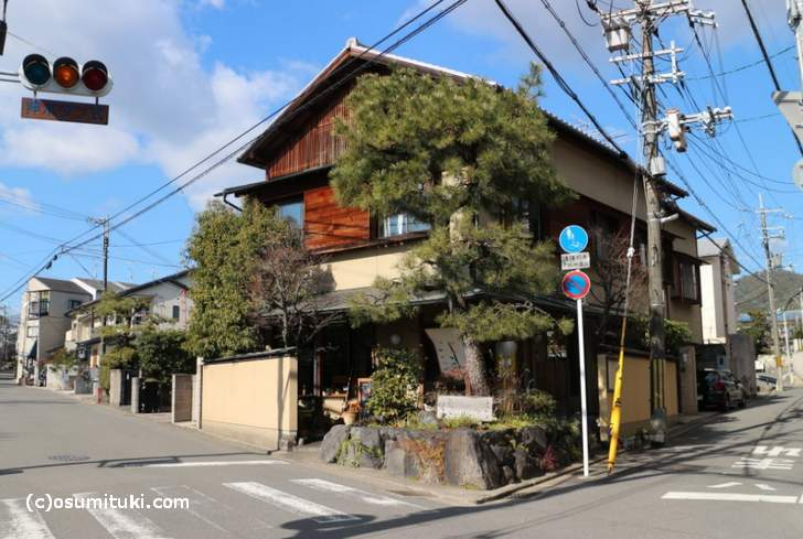 仁和寺前の一条通にはお店が並んでいます