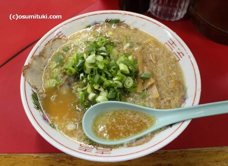京都でよくある昔ながらの鶏ガラ背脂醤油ラーメン(写真は「ますたに」)