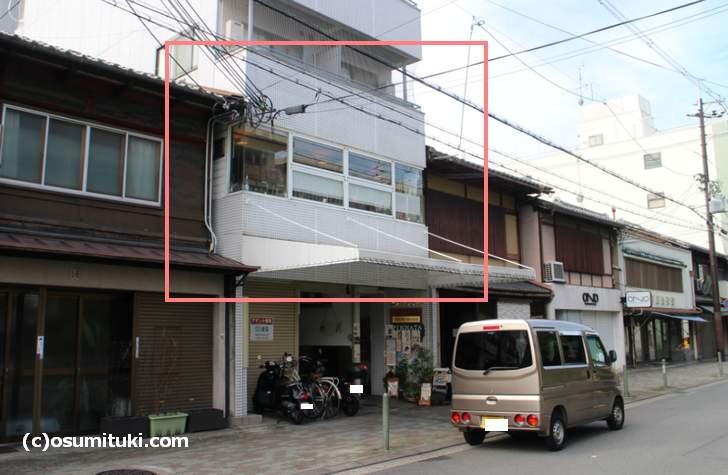 一条通沿いのマンション2階にあります