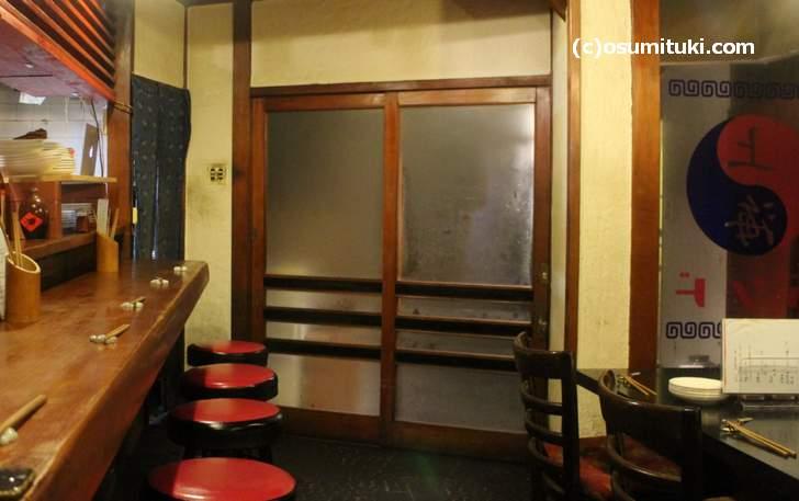 店内はカウンター6席ほど、4人テーブルひとつ、2名テーブル2つほど
