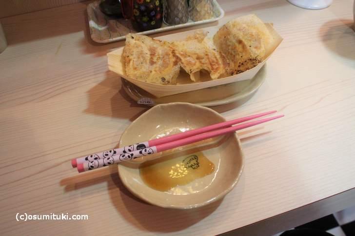 ホワイト餃子300円、お箸もパンダ