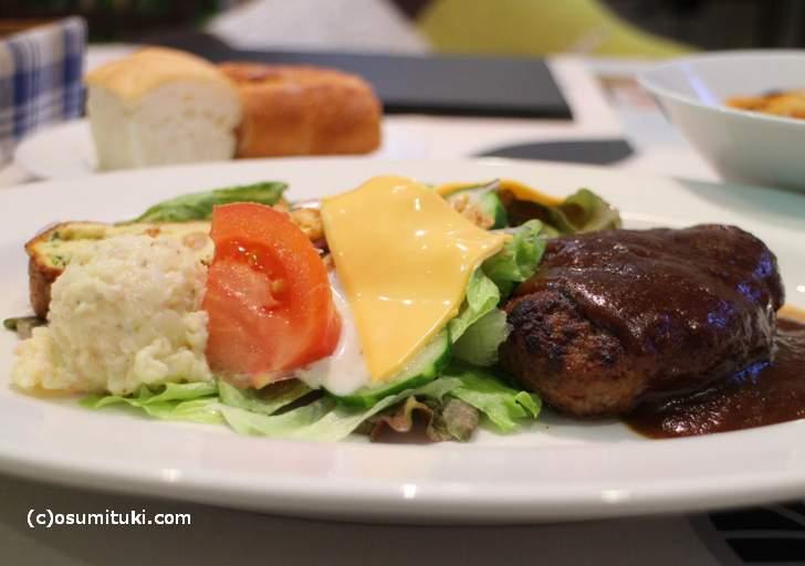 ハンバーグは肉の味が強めのややジューシータイプです