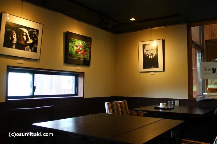 テーブル席、壁には写真が飾られています
