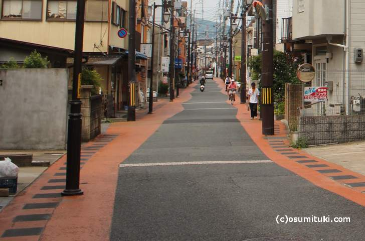 大映通り商店街の道を見てみると気が付くことがあります