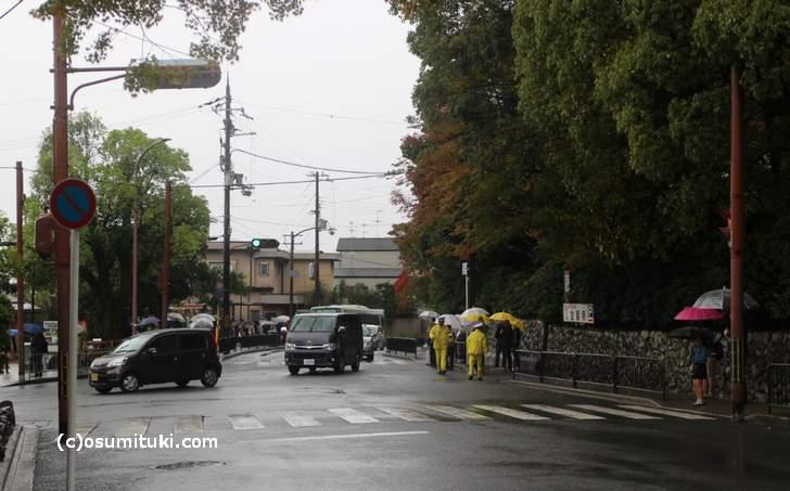 2017年10月29日昼頃の京都・金閣寺前は台風22号の影響で観光客が通常の半分以下となっています