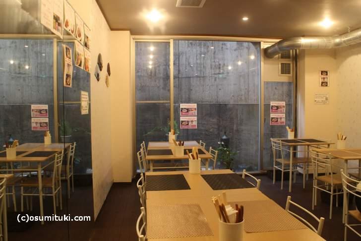10月29日12:30頃の金閣寺周辺の飲食店はお客がいません