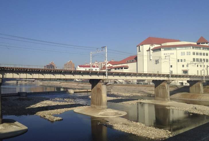 宝塚は山に囲まれた地形で、中央を武庫川が流れています