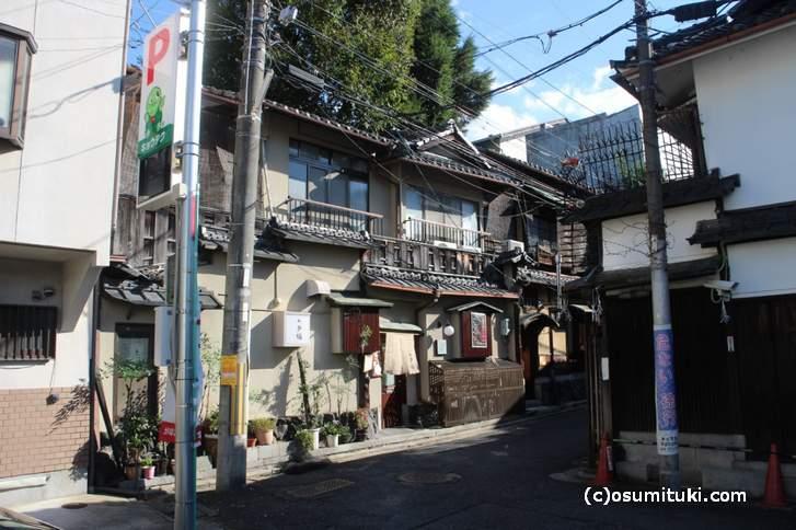 今回紹介した「小多福(おたふく)」さんは祇園の細い道の奥にあります