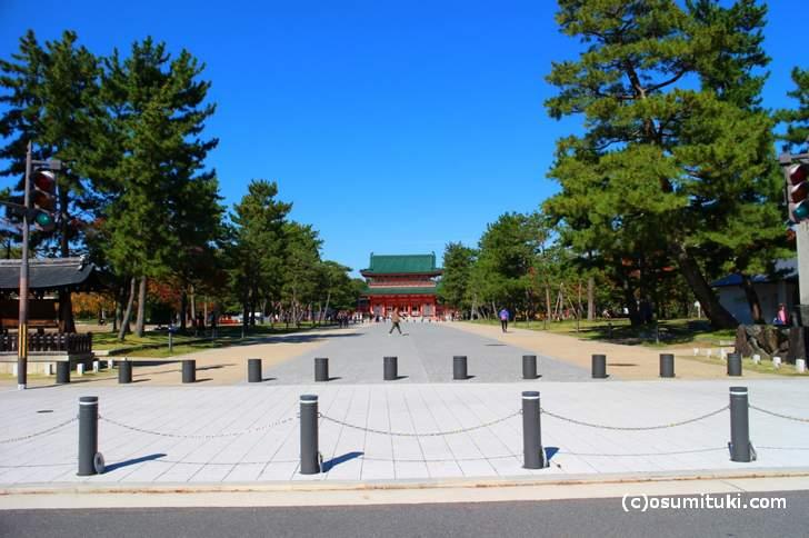 平安神宮への参道、ここは針葉樹が並ぶので紅葉はありません