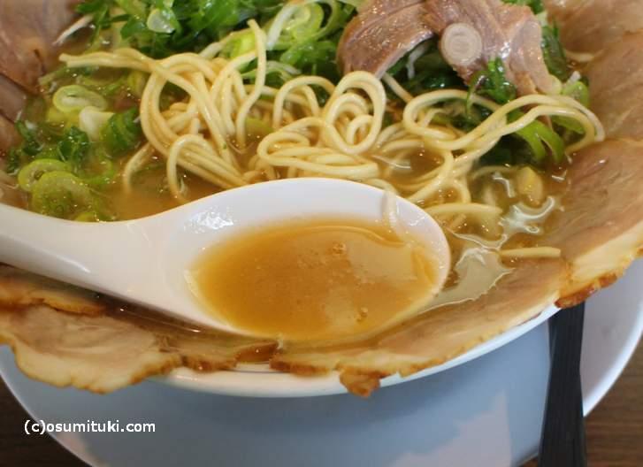 スープは豚骨のトロッとしたタイプ