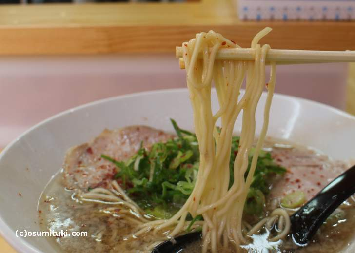 麺は、かん水を使わない小麦粉だけの中細麺