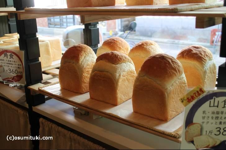 今回はオープンしたばかりの食パン専門店「一本堂」さんへ行ってきました