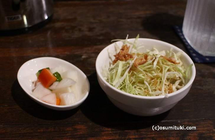 カレーランチセットに付いてくるサラダと野菜の酢漬け