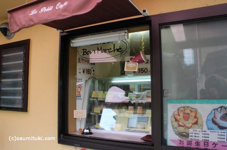 小窓にケーキが並んでいます