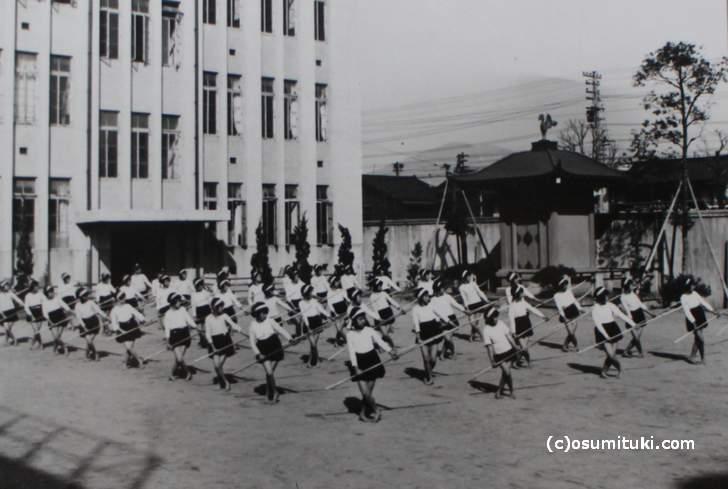 なぎなたの授業(昭和15年頃)龍池小学校
