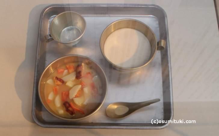 昭和22年の給食、みそ汁に脱脂粉乳