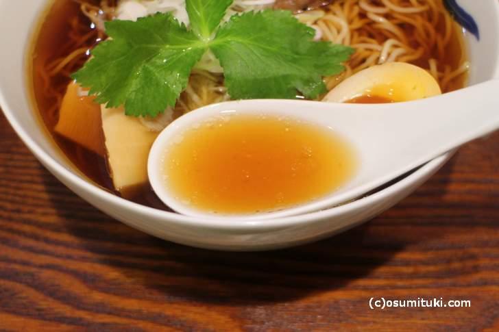 スープはほんのり甘い魚介系で和風出汁です