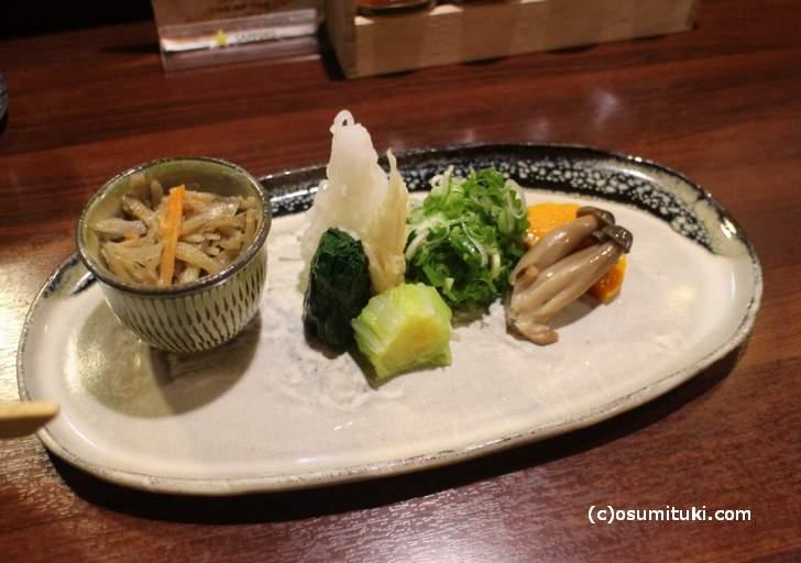 つけうどん ですが、京野菜などのトッピングと一緒に食べます