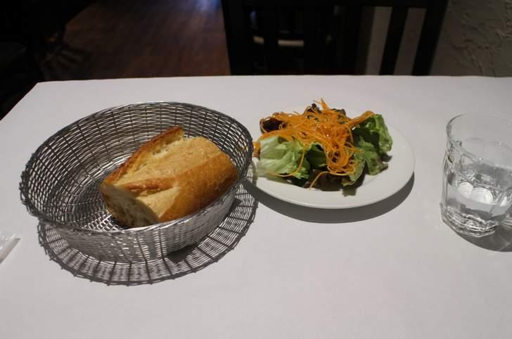最初に「パン」と「サラダ」が出てきます