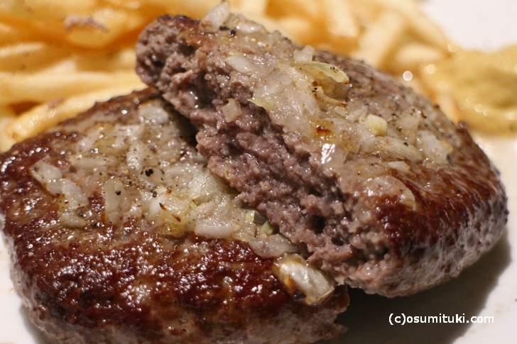 適度な肉汁に香辛料が効いたハンバーグです