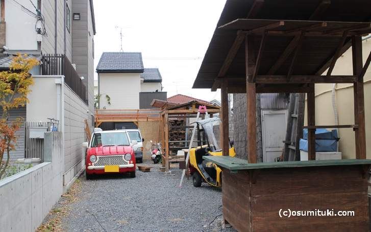 京都・金閣寺前の屋台村が準備中