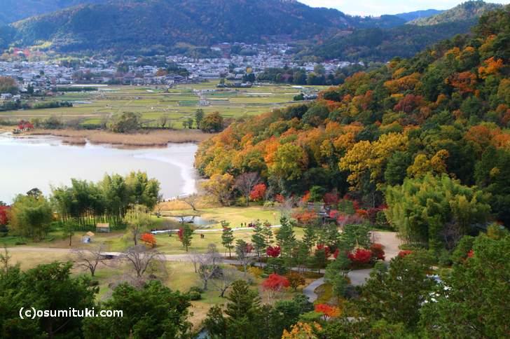 山頂から野点会場と広沢池を眺めることができます