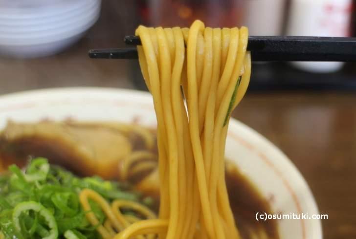 麺は中太ストレートの角麺