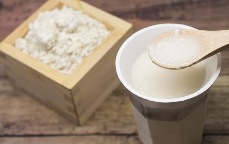 麹から自分で甘酒をつくると安く栄養をとることができます
