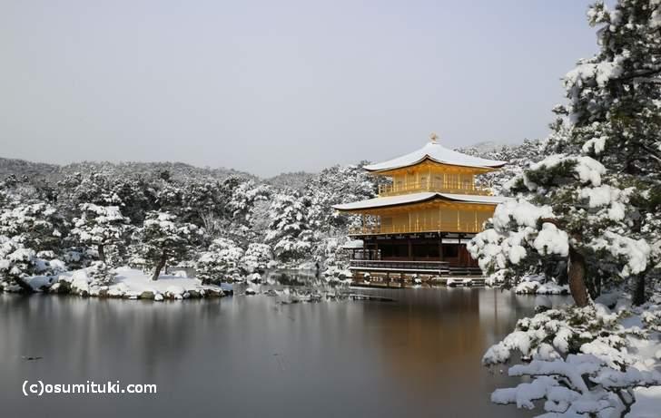 金閣のすぐ北西で雪が降るので雪の金閣寺になります(2017年1月15日撮影)