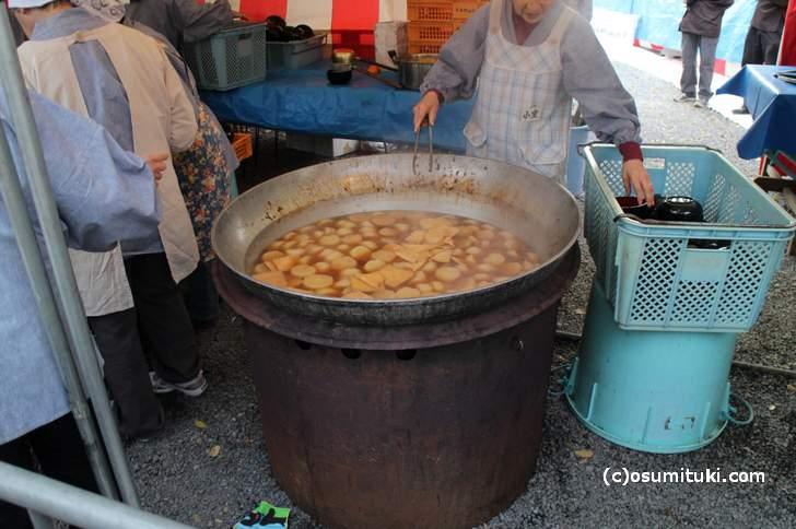 大きいお鍋に大根と油揚げが入っています