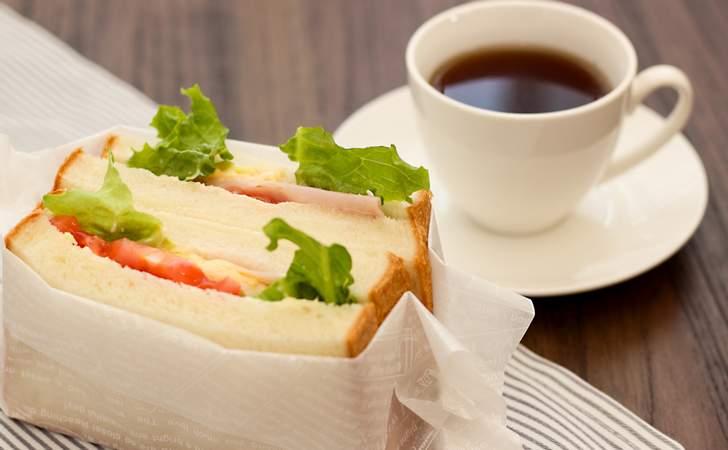 FTスクエアの神戸屋でイートインのパンを食べる