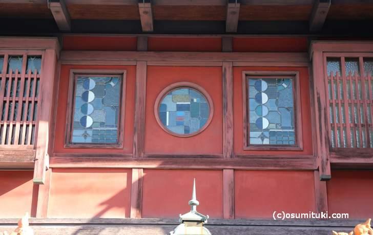 ステンドグラスに紅殻の壁(ベンガラ)
